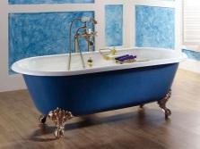 Синяя отдельностоящая ванна