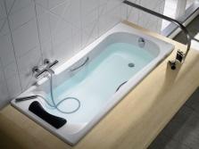 Ванна оборудованная подголовником и ручками