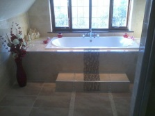 Встроенная ванна с подиумом в городском жилье