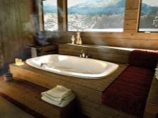 Встраиваемая ванна с отделкой деревом