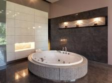 Круглая встраиваемая ванна в городском жилье