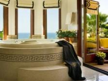 Красивая встраиваемая ванна с подиумом