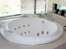 Круглая ванна встроенная в подиум