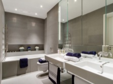 Зеркальная стена над раковиной в ванной комнате