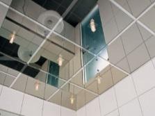 Потолок в ванной из затемненного зеркала