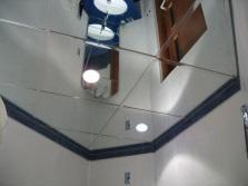 Зеркальные плитки на потолке ванной