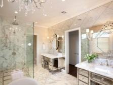 Диагональная кладка зеркал на стенах ванной