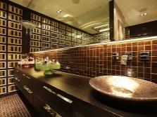 Ванная с большими зеркалами и зеркальной мозаикой