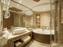 Освещение большого зеркала в ванной