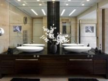 Зеркало в ванной на стене