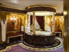Золотые стены в ванной