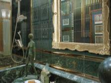 Зеленая ванная с золотом