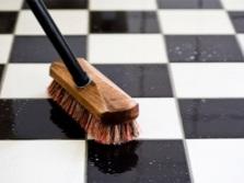 Мытье межплиточных швов на полу в ванной комнате