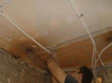Монтаж проводки на потолке