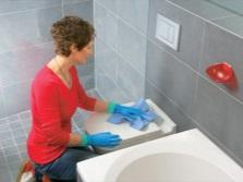 Протираем поверхности в ванной комнате