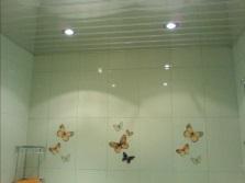 Потолки в ванной из ПВХ панелей - экономвариант