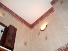 Крашенные потолки в эконом ванных