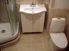 Душевая кабинка в небольшой ванной комнате