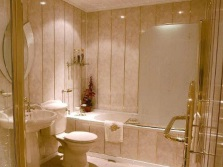 Бюджетный ремонт ванной заключается в приобретении недорогих, но сертифицированных материалах