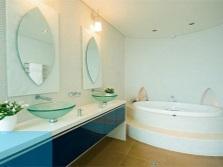 Закругленная сантехника и сине-голубые элементы декора в ванной по фен-шуй