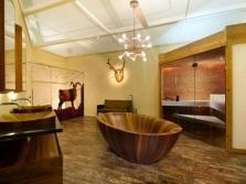 дизайн ванной комнаты с деревянной ванной