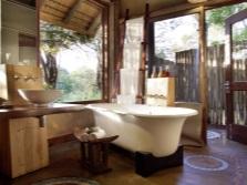 дизайн ванной комнаты с освещенным зеркалом