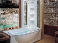 Полочки в комбинированной с душевой кабиной ванной