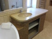 Интерьер ванной с раковиной из искусственного камня