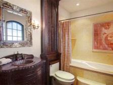 Интерьер ванной с раковиной из натурального камня