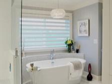 Серая ванная комната с окном