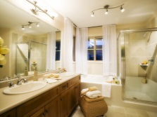 Уютная бежево-коричневая ванная комната