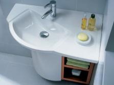 Угловая раковина с тумбой в ванной