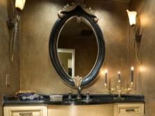 Ванная комната с дизайнерским зеркалом