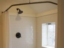 Разновидности  угловой штанги для шторки в ванную