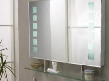 Достоинства зеркала с полкой для ванной комнаты