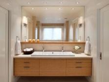 Плюсы зеркала с полочкой в ванной