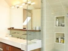 Зеркало с полкой встроенное в стену ванной