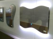 Зеркала необычной формы с подсветкой для ванной комнаты