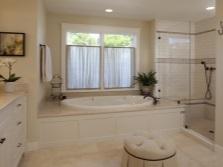 Дизайн ванной комнаты с окном и цветами