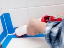 Заделка зазора между ванной и стеной при помощи герметика