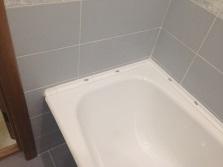 Заделывание зазоров между ванной и стеной