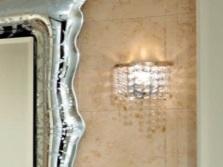 Хрустальный настенный светильник в ванной