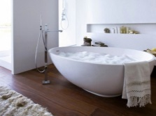 Необычная форма отдельностоящей ванны