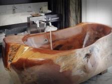 Отдельностоящая ванна из дерева
