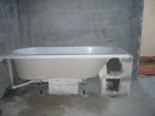 Крепление ванны при помощи кирпичного каркаса