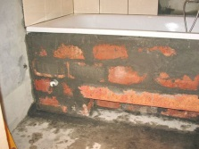 Крепление ванны кирпичным каркасом