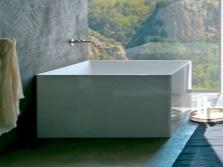 Квадратная ванна и подходящий для неё интерьер ванной комнаты