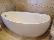 Овальная ванна в ванной