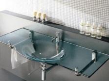 Прозрачная ванна и раковина в ванной