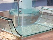 Прозрачная ванна и раковина в ванной комнаты